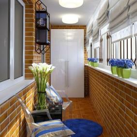 Дизайн балкона с белым шкафом