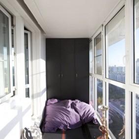 Интерьер балкона с черным шкафом
