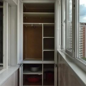 Полки из ДСП внутри балконного шкафа