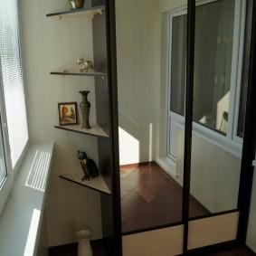 Зеркальные дверцы на балконном шкафе