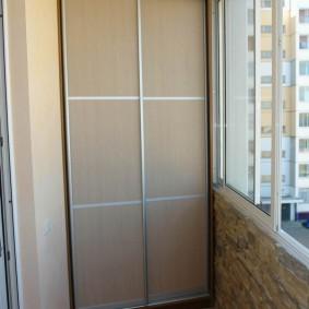 Шкаф-купе в интерьере лоджии в современной квартире
