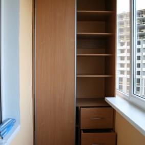 Комбинированный шкаф на узком балконе
