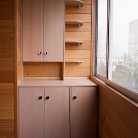 Недорогая мебель из ЛДСП в интерьере балкона