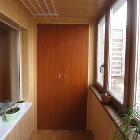 Встроенный шкаф с отделкой под натуральное дерево