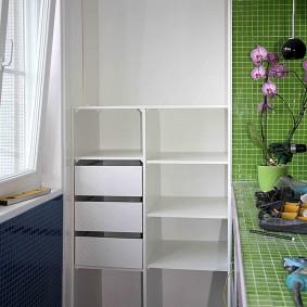 Встроенный шкаф с выдвижными ящиками белого цвета