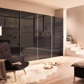 Черный шкаф с дверцами из стекла