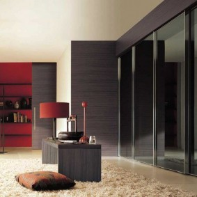 Купейный шкаф в гостиной с панорамным окном