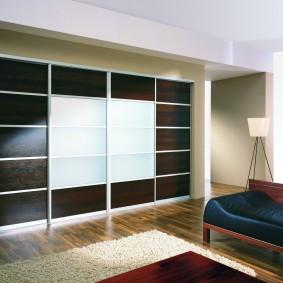 Дизайн гостиной комнаты с мебелью встроенного типа