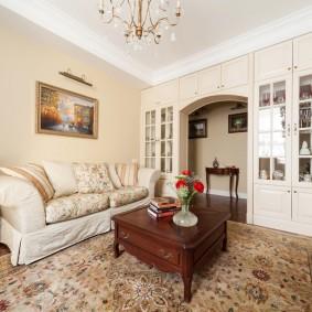 Шкаф-перегородка между коридором и гостиной