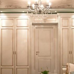 Светлые шкафы в классическом стиле