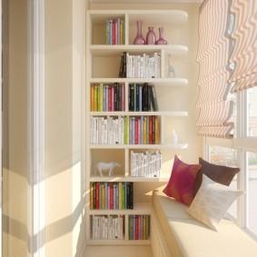 Книжные стеллаж на теплом балконе