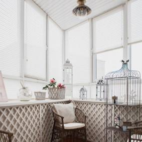 Рулонные шторы на окнах балкона в доме