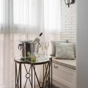 Декор легкими шторами небольшого балкона