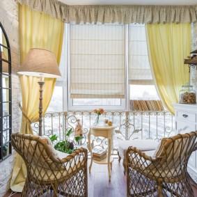 Сочетание разных штор в интерьере балкона