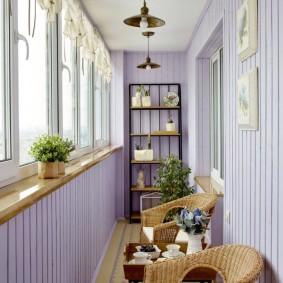 Деревянный подоконник под окнами на балконе