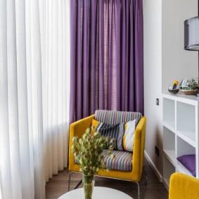 Фиолетовые шторы на окнах уютного балкона