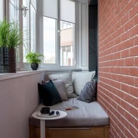 Кирпичная отделка стены на застекленном балконе