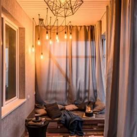 Освещение балкона с прямыми шторами