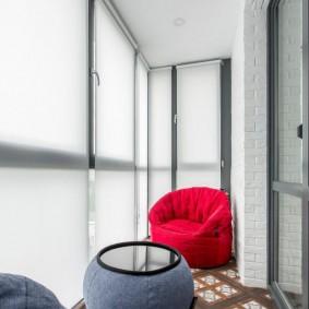 Рулонные шторы на панорамном окне балкона