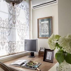 Домашний офис на балконе в гостиной