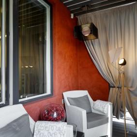 Мягкие кресло в зоне отдыха на балконе