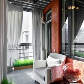 Серый потолок на балконе частного дома