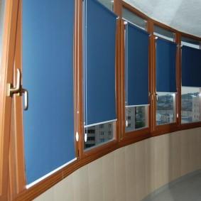 Синие шторы на пластиковых окнах