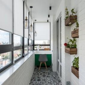 Деревянные ящички с цветами на балконе