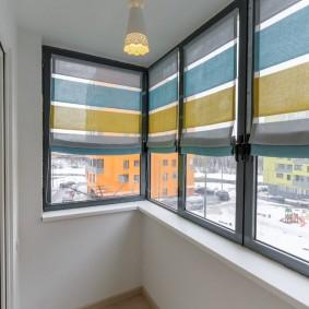 Полосатые шторы на балконе трехкомнатной квартиры