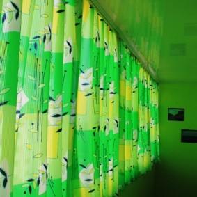 Яркие шторы длиною до подоконника