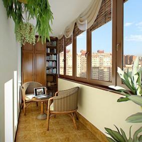 Деревянные окна на балконе с плетенной мебелью