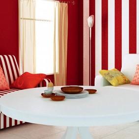 Бардовые обои в гостиной современного стиля