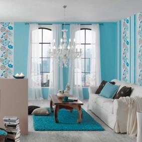Голубые обои в светлой гостиной