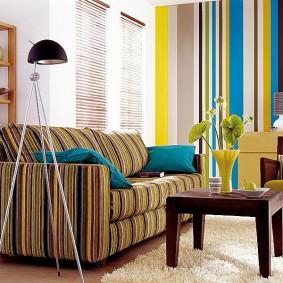 Яркие полосы на обоях в гостиной комнате