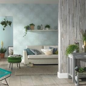 Белая полочка над диваном в гостиной