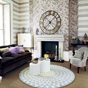 Обои-компаньоны в гостиной комнате с камином
