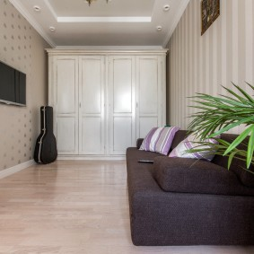 Шкаф с распашными дверками в гостиной комнате