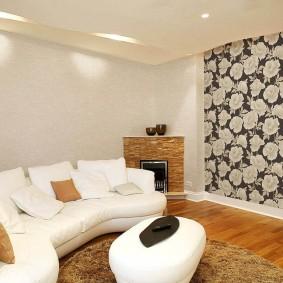 Белый диван в комнате с модными обоями