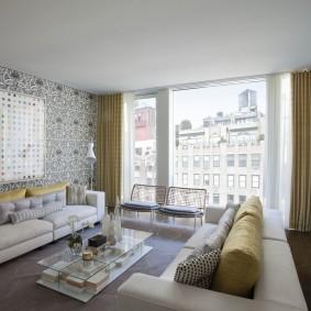 Панорамное окно в интерьере гостиной