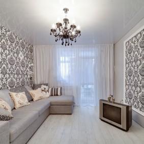 Угловой диван в гостиной с бумажными обоями