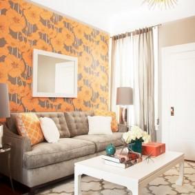 Оранжево-серые обои в гостиной комнате
