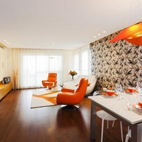 Оранжевое кресло в гостиной большой площади