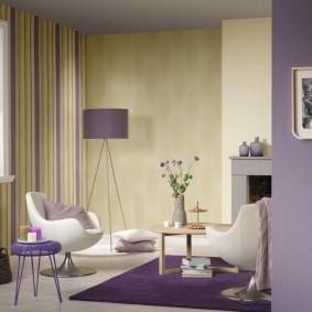 Фиолетовый коврик в зоне отдыха гостиной