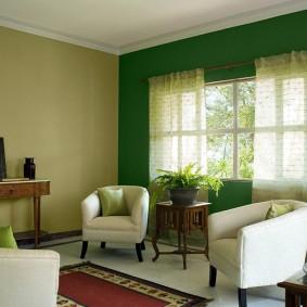 Зеленая стена в зале загородного дома