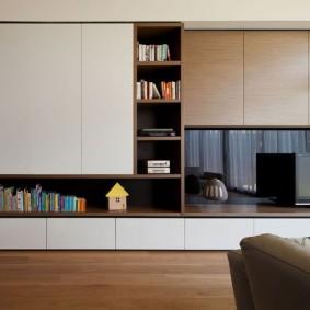 Встроенная мебель в гостиной трехкомнатной квартиры