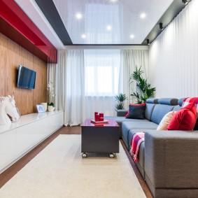 Красно-белая мебель в узкой гостиной