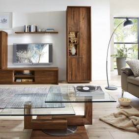 Деревянная мебель в интерьере большой гостиной