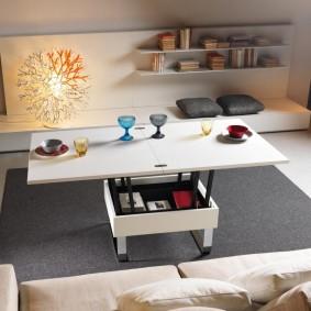 Столик-трансформер в гостиной комнате