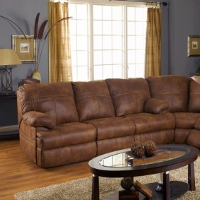 Стильный диван с обивкой из коричневой кожи