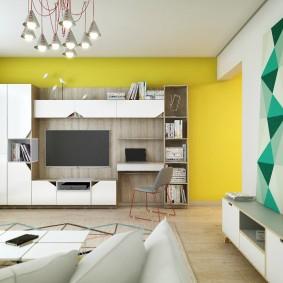 Белая мебель на фоне желтой стены гостиной
